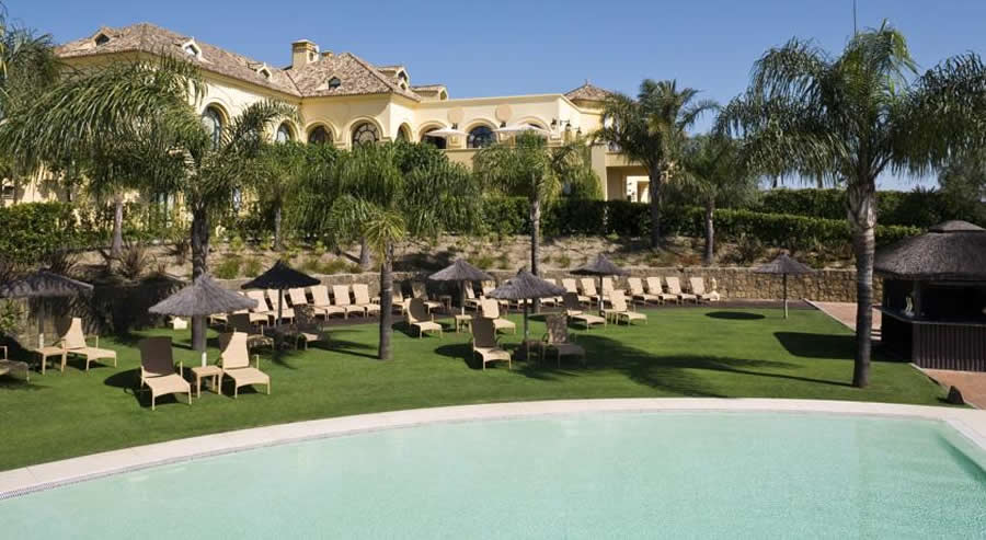 Lawns and sunbeds at the nh Almenara Hotel